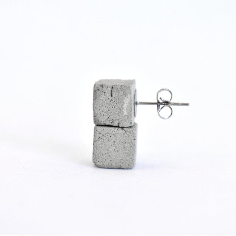 Betonové náušnice kostky
